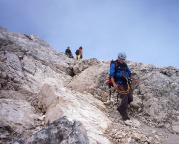 Beginn des gerölligen Abstiegs vom Gipfel der Alpspitze über den Ostgrat