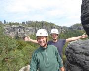 Katrin und Steffen auf dem Gipfel – vor der großen Kulisse der Schrammsteine