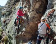Neuer Weg an der Kleinsteinwand, Almuth schwingt sich mutig übers Tal
